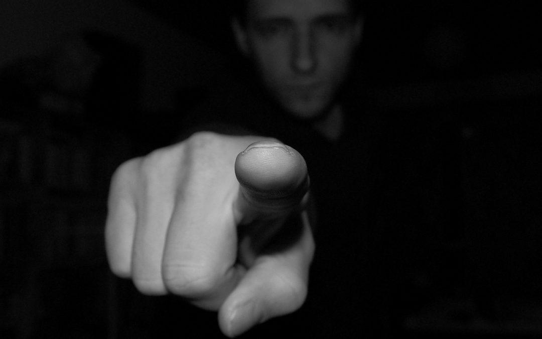 С един пръст соча теб, с останалите себе си